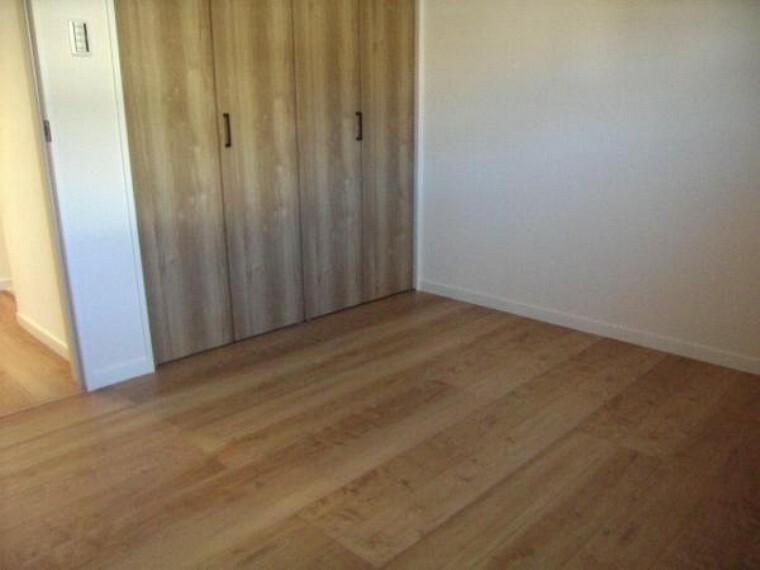 2階約5.3帖洋室。道路側で明るく風通しの良い居室です。