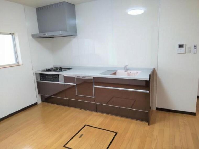 キッチン 【リフォーム後写真】キッチンは永大産業のシステムキッチンに交換しました。天板、シンクは人工大理石製なので、熱に強く傷つきにくいため毎日のお手入れが簡単です。食洗器も設置されていますので便利です。