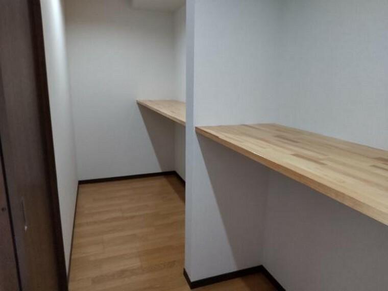 洋室 【リフォーム後写真】西側9帖洋室の収納部分です。中段も付いていますので衣類や、電化製品なども収納できます。お荷物の多い方も安心便利なスペースです。