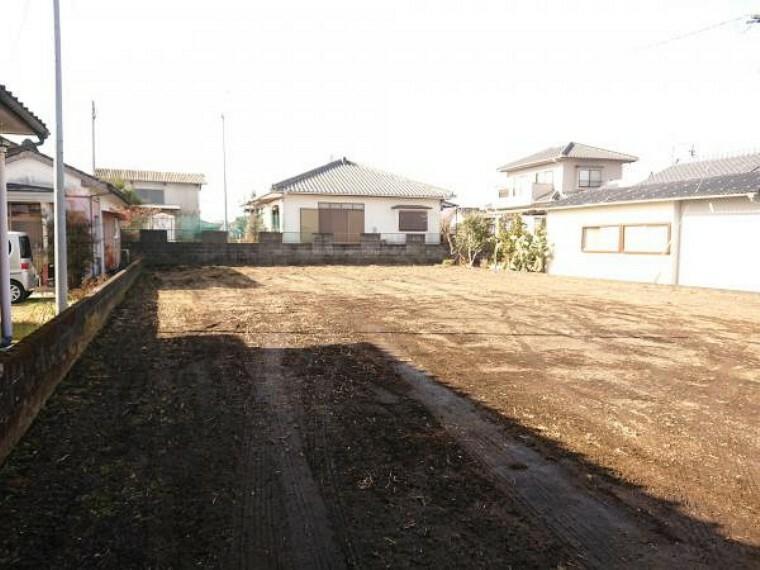 現況写真 【リフォーム後写真】西側庭になります。住宅がもう1件建てれるスペースがありますので二世帯としてもお使い頂けます。家庭菜園や駐車スペースとしても最適です。(ただし土の入れ替え等が必要となる場合があります)