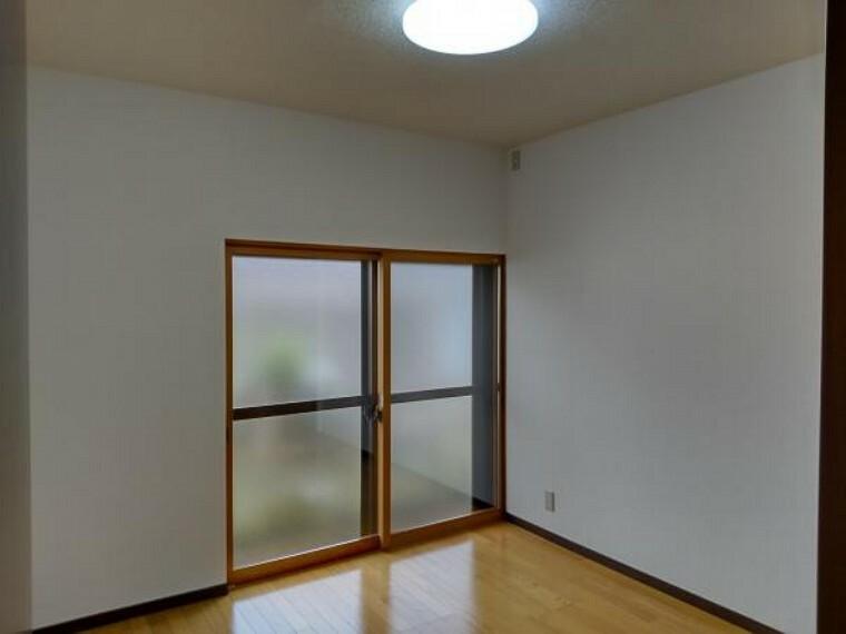 現況写真 【リフォーム後写真】北側4.5帖の洋室写真です。北側掃き出しは2重窓になっていますので安心です。床はフロア材新設、天井、壁はクロス新設を行いました。