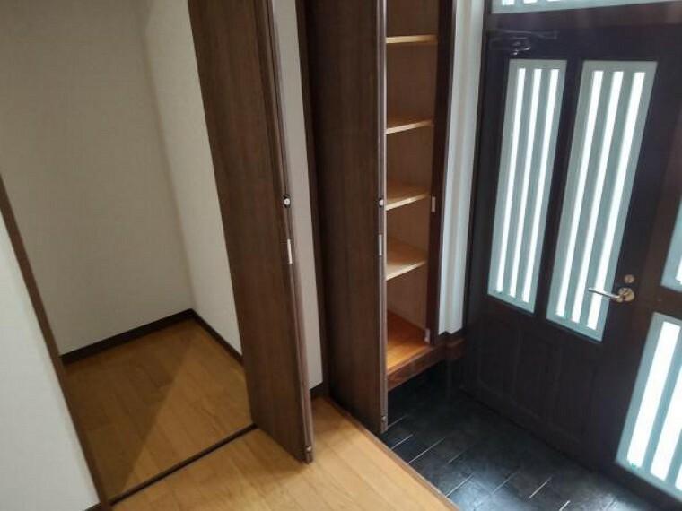 現況写真 【リフォーム後写真】玄関収納部分写真です。下駄箱、クローゼット新設を行いました。扉付きなので急なお客様が来られても安心便利ですね。