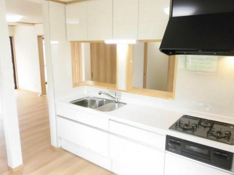 キッチン 【リフォーム済】システムキッチン交換・壁クロス張替・床フローリング張替・照明器具交換しました。お料理時間も大切なコミュニケーションの時間です。