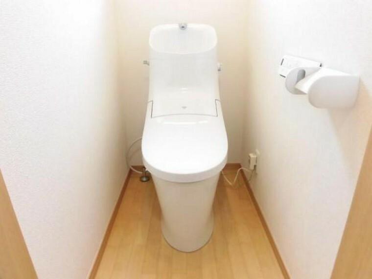 トイレ 【リフォーム済】1階トイレです。 リクシル製の温水洗浄便座トイレに新品交換しました。壁・天井のクロス、床のクッションフロアを張り替えました。温水機能に脱臭機能と毎日快適にお使い頂けますよ。