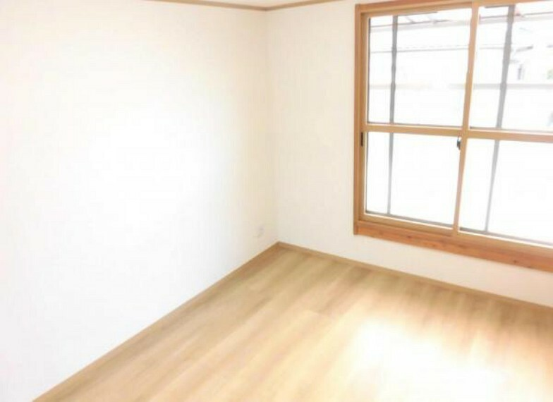 【リフォーム済】2階南側6帖洋室です。壁・天井クロス張替、床フローリング張り替え、照明器具交換、火災報知機設置しました。「そろそろ1人部屋が欲しい」そんなお子様の願いも叶えてあげられそうですね、子供部屋にいかがですか。