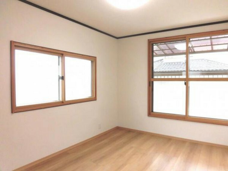 【リフォーム済】2階南東側6帖洋室です。壁・天井クロス張替、床フローリング張替、照明器具交換、火災報知機設置しました。シングルベッドを置いても圧迫感無く過ごしていただける室内です。