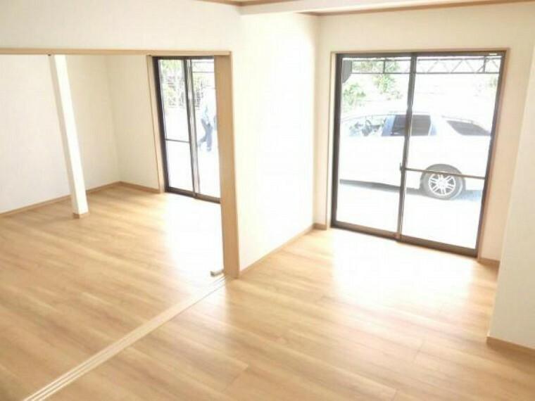 【リフォーム済】1階南側9.1帖洋室です。壁・天井クロス張替、床フローリング張替、照明器具交換、火災報知機設置しました。DKすぐそばのお部屋ですが寝室としても使用できて便利にお使いいただけます。