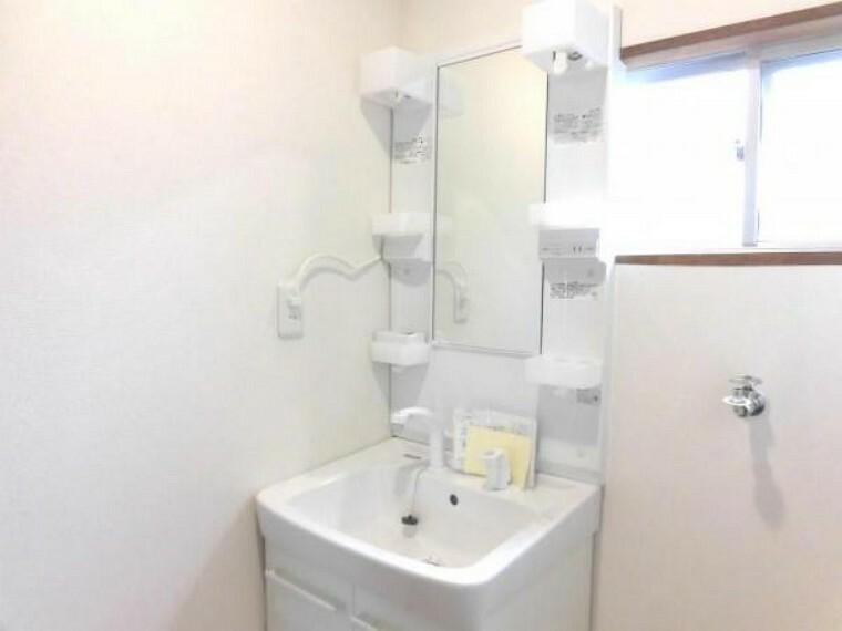 洗面化粧台 【リフォーム済】1階洗面室です。洗面化粧台交換・床クッションフロア張り・壁・天井クロス張替・照明器具交換しました。シャワーホースが伸び縮みするので、朝シャンもラクラクできます。洗面台のお掃除もしやすいです。