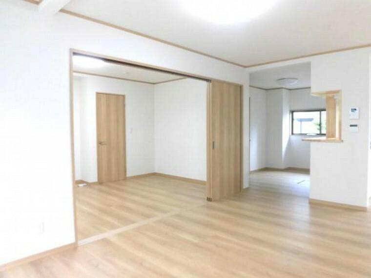 居間・リビング 【リフォーム済】リビング別角度です。床は明るい色のフローリングに張り替えました。ここで新生活を始められるご家族様が毎日気持ちよく過ごせるように明るい室内に仕上げました。備え付けの収納を上手く使ってお部屋を広く使って下さい。