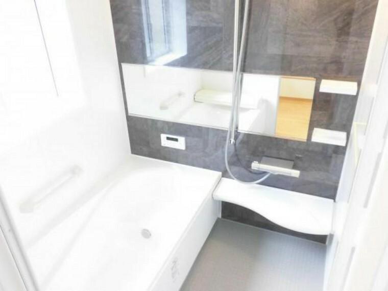 浴室 【リフォーム済】浴室別角度です。お手入れしやすいユニットバスに新品交換しました。今日の疲れは今日のうちに洗い流しましょう。足を伸ばして入れるサイズのお風呂ならゆったりとした気持ちで寛いでいただけます。