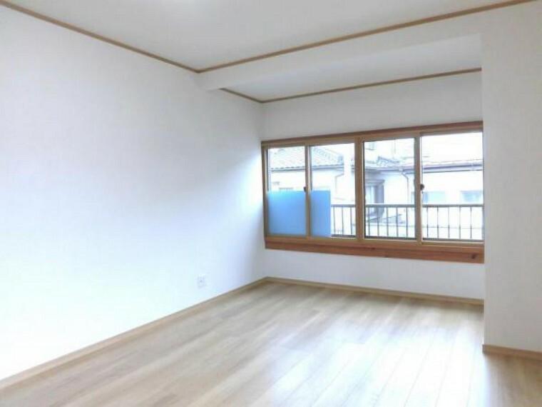 【リフォーム済】2階南西側9.7帖の洋室別角度です。クローゼットを新設しました。家族の分だけお部屋の使い方も様々。戸建てならではの贅沢なお部屋の使い方で日々の暮らしを充実させてくださいね。