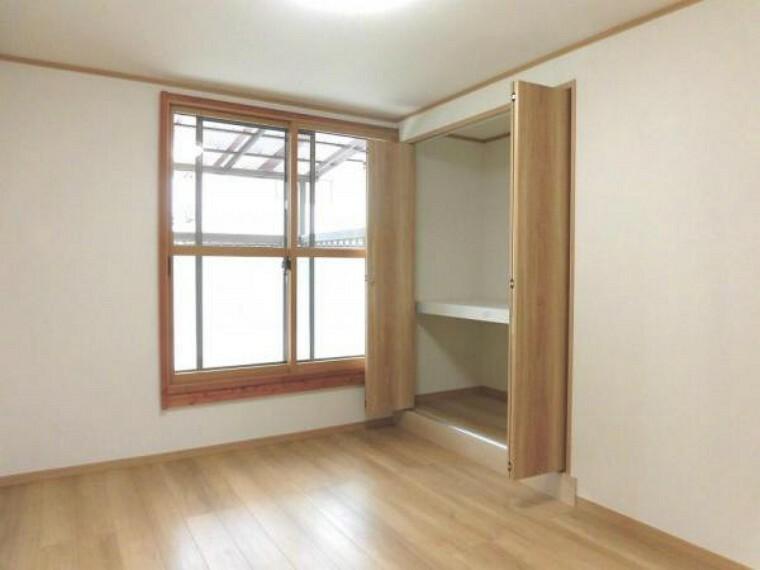 【リフォーム済】2階南側6帖洋室別角度です。和室6帖から洋室6帖に変更。室内から庭をじっくりと眺められる室内は南向きの明るく気持ちのいい空間です。