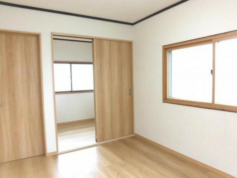 【リフォーム済】2階南東側6帖洋室別角度です。和室6帖から洋室6帖に変更。2面の窓からは陽光もたっぷり確保できます 。お天気のいい休日もお部屋でのんびり過ごせそうです。