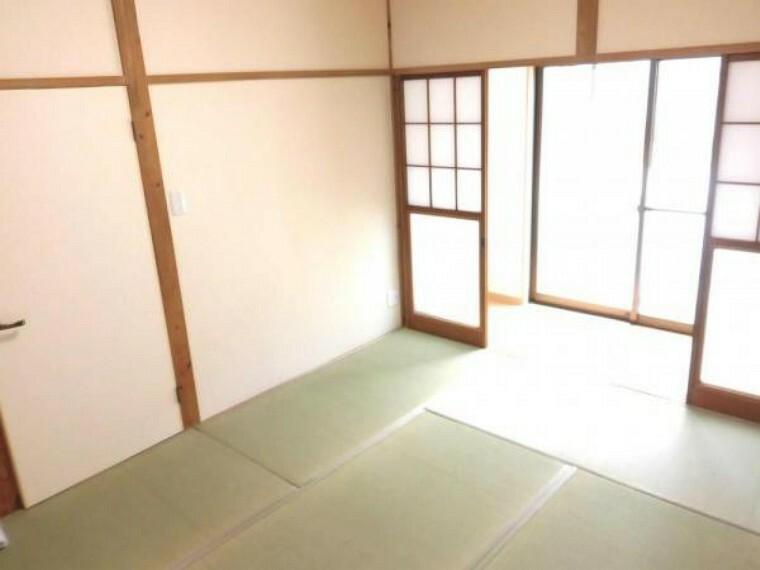 【リフォーム済】1階玄関脇にある6畳の和室です。 しょうじ・ふすま・壁紙を張り替えました。明るく清潔感のある空間になってます。