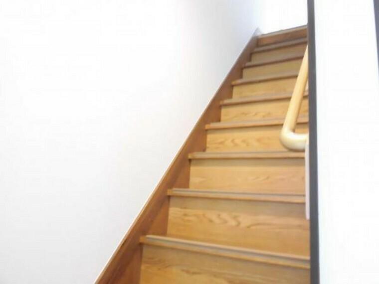 【リフォーム済】2階に続く階段です。床クリーニング・壁クロス張替・照明器具電球交換しました。手すりがついていますので階段の上り下りの際はご活用下さい クロスを張り替えることで暗くなりがちな階段スペースも明るい空間になりました。