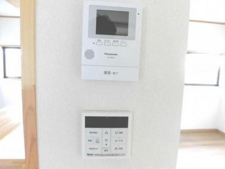 【リフォーム済】カラーTVモニターホンをリビングに新設しました。夜間の来客や一人でのお留守番の時でも安心して対応できますね 留守中の訪問も分かる便利な録画機能付きなので帰宅してから確認する事が出来るので安心です。