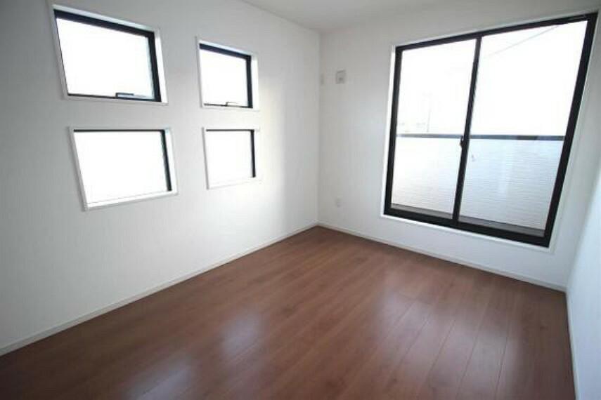 専用部・室内写真 約6帖の洋室です。2面採光で明るいお部屋です。