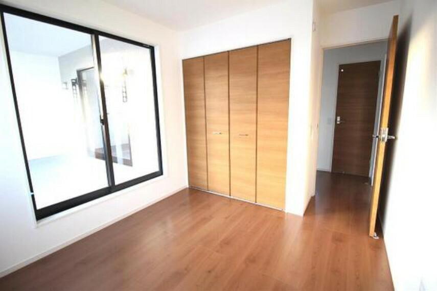 専用部・室内写真 約5帖の洋室です。こちらのお部屋もクローゼット付きです。
