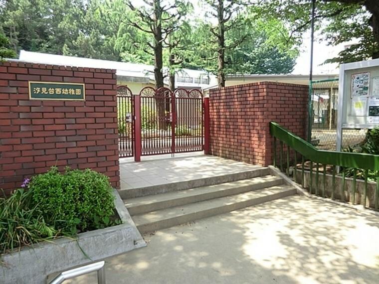 幼稚園・保育園 汐見台西幼稚園 たくさんの木に囲まれた園庭、目の前には久良岐公園と大変自然に恵まれています。