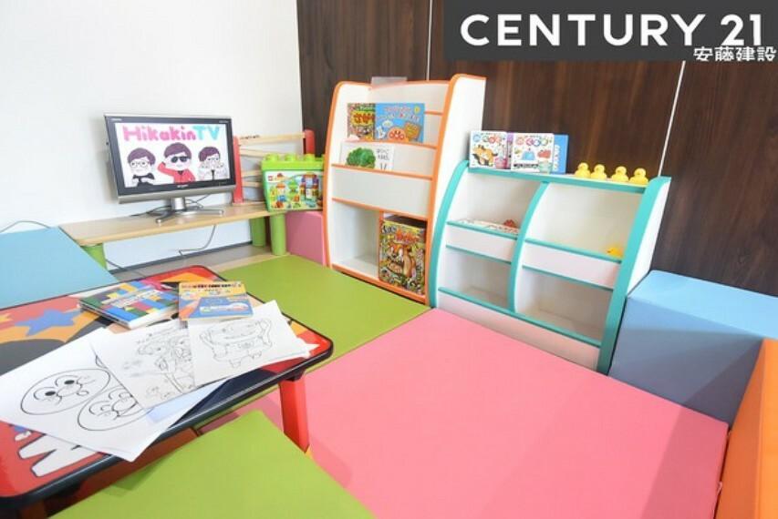 安藤建設では、ビデオやおもちゃ、絵本などをご用意したキッズスペースがございます。また子供のいるスタッフが多数在籍しておりますので、小さなお子様がいらっしゃるご家族でもご安心してご来店ください