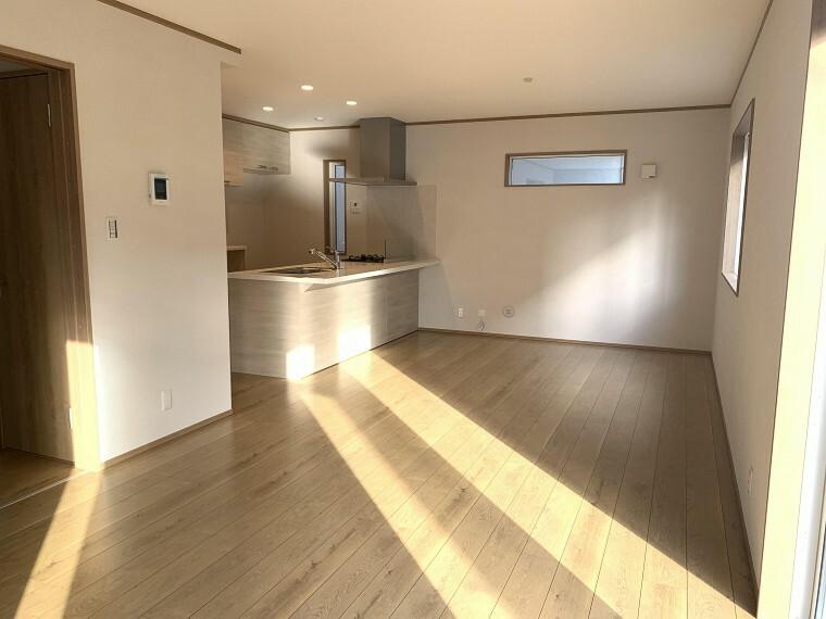 居間・リビング 広々とした開放感あふれるリビングです。ゆったり寛げる充分な広さがございますので、ご家族でインテリアのレイアウトを考えるのも楽しみになりそうです。