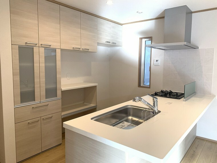 キッチン 長い時間滞在するキッチンだからこそ、食事の準備を楽しい時間に、忙しい時でもスムーズに無駄なく作業できる、お手入れも簡単にできるなど、毎日を楽しくするキッチンスペース。