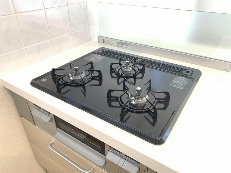 キッチン 3口コンロで多彩な手料理を作れる環境です。