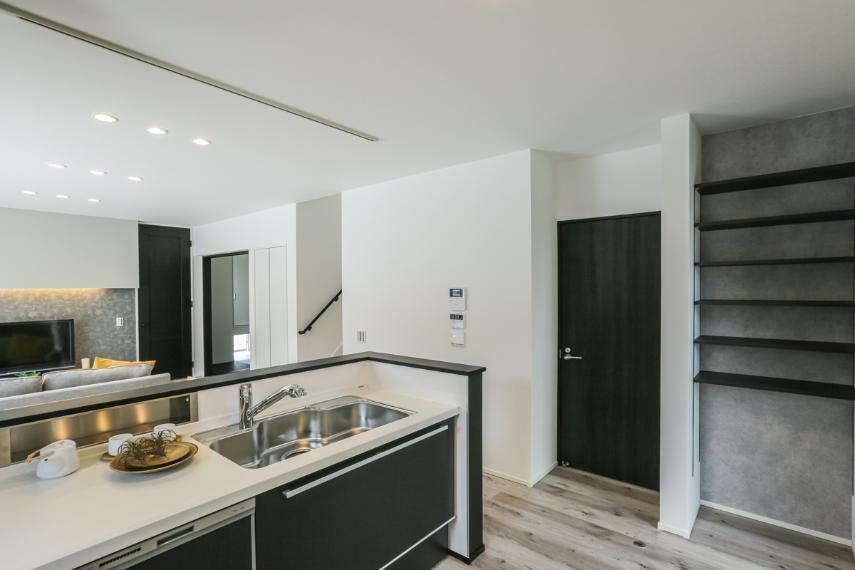 キッチン キッチンの隣に食品や調味料などを保管できるパントリーを設けました。(1号棟)