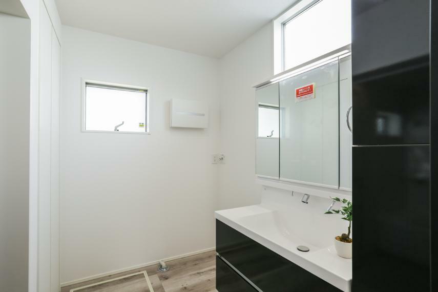 洗面化粧台 キッチンの近くに配置した洗面室。家事動線がスムーズな間取りです。(1号棟)