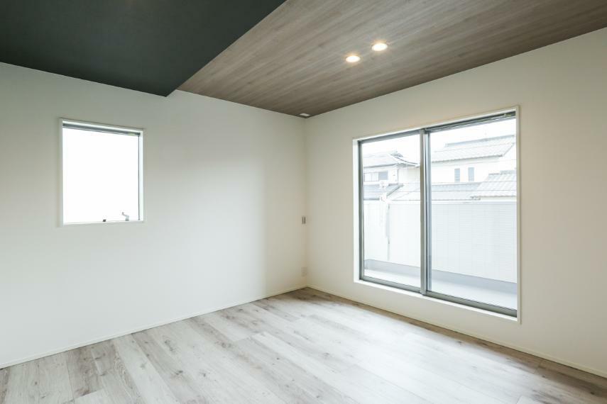 寝室 主寝室は折下げ天井×ダウンライト採用で上質な空間に仕上げました。(1号棟)