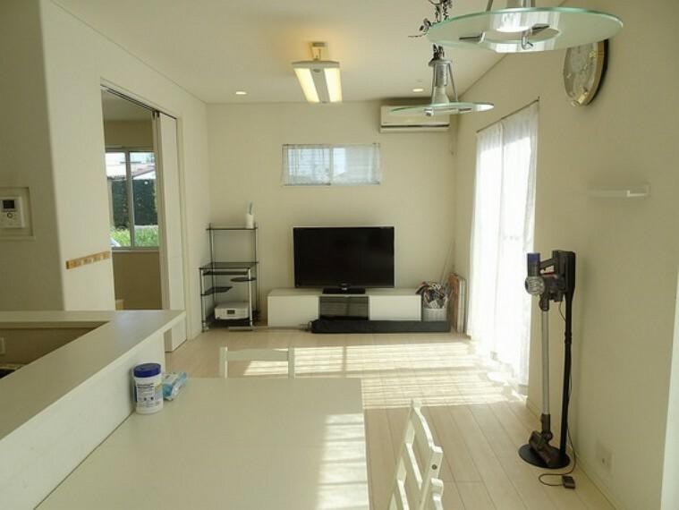 居間・リビング 16.1畳のリビングダイニングには床暖房があり、寒い季節でも足元ポカポカです。