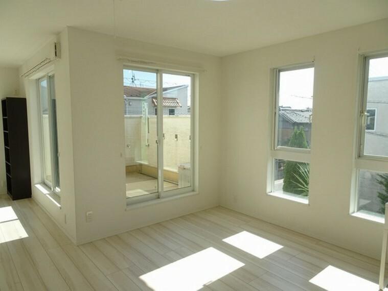 2階の洋室も明るい陽光が射し込みます。