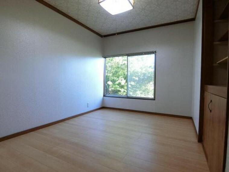 洋室です。窓があり、明るい陽射しが入るお部屋です。