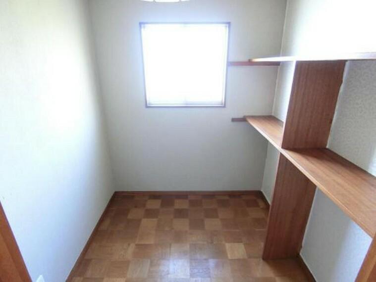 収納 収納付きで、お部屋のスペースを有効的に使えそうですね。