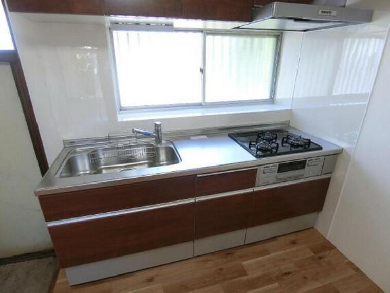 キッチン 落ち着いた色合いの横幅のある大きなシステムキッチンで、毎日のお料理も楽しくできますね。