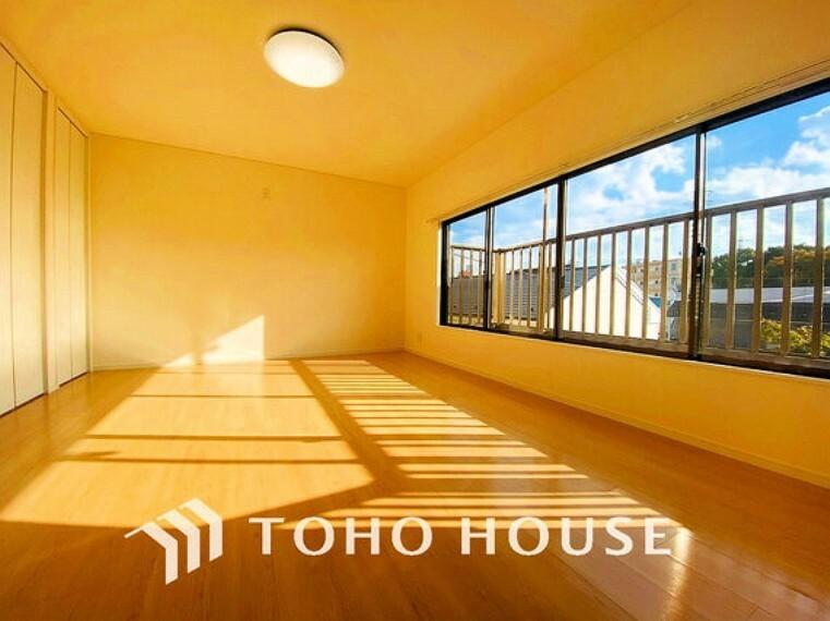 子供部屋 窓の大きいお部屋は、たっぷりの陽射しを取り入れてくれます