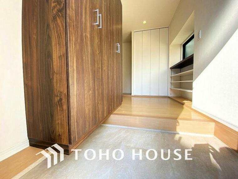 玄関 明るさとコントラストを兼ね備えた玄関。家族の帰りを暖かく迎えてくれます。