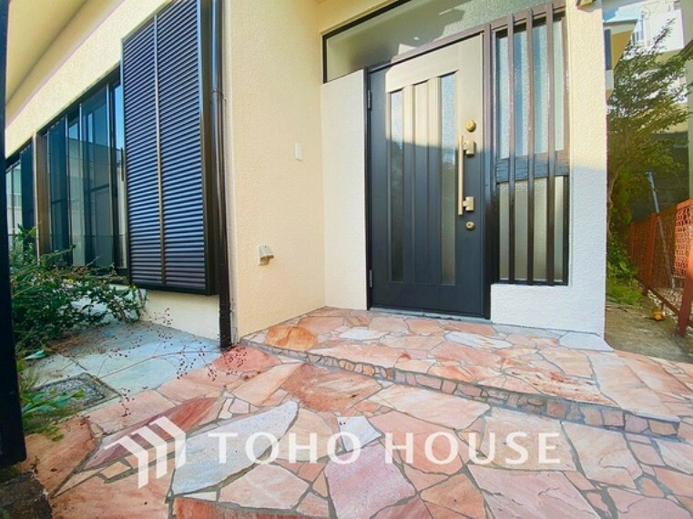 玄関 石畳が素敵な玄関アプローチ