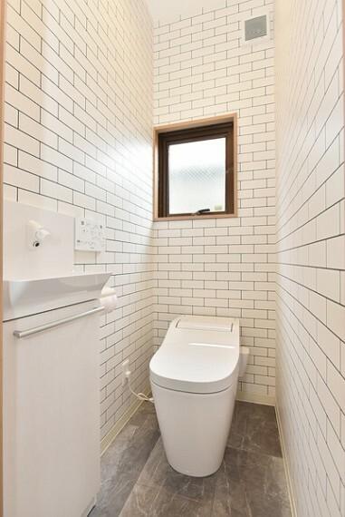 トイレ 清潔感のある明るい1Fトイレは窓付きで自然換気できるのもうれしいですね。 ウォシュレット機能付きトイレ。使いやすい壁面にスイッチパネル、手洗いを設置してあります。