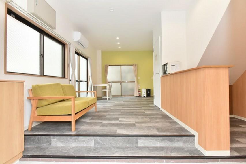 玄関 広々ゆとりの玄関+リビングまたは応接スペース。お客様を気持ちよくお迎えできるゆったりとした玄関スペースです。便利なカウンター付きです。
