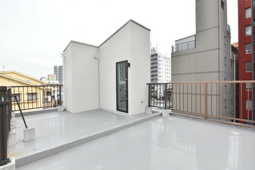 バルコニー 3階建てのルーフバルコニーですので広く気持ちのいい空が見渡せます。爽やかな風を感じて、洗濯物干しだけでなくバーベキューパーティーなどもできそうです。