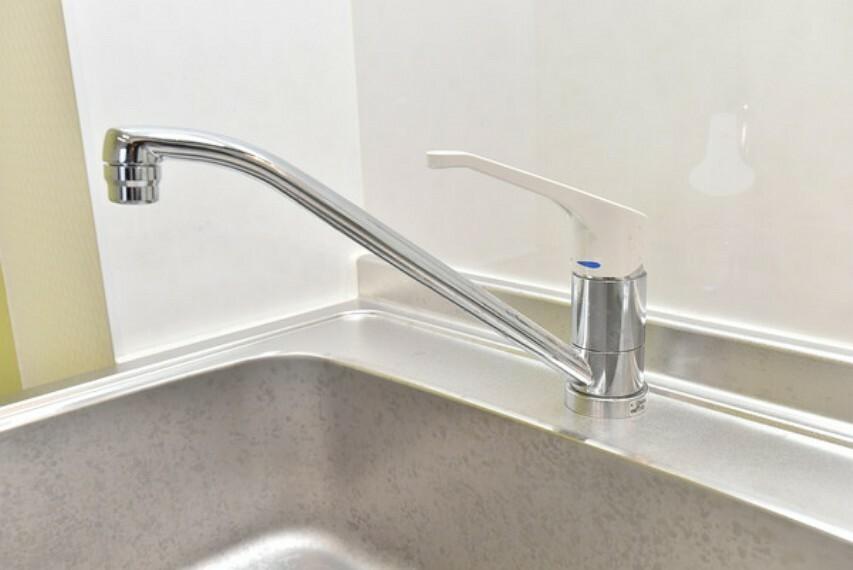 キッチン 1Fキッチンの水栓はシングルレバー水栓です。操作が片手で出来ますので、キッチンで料理や洗い物をする際などは便利です。