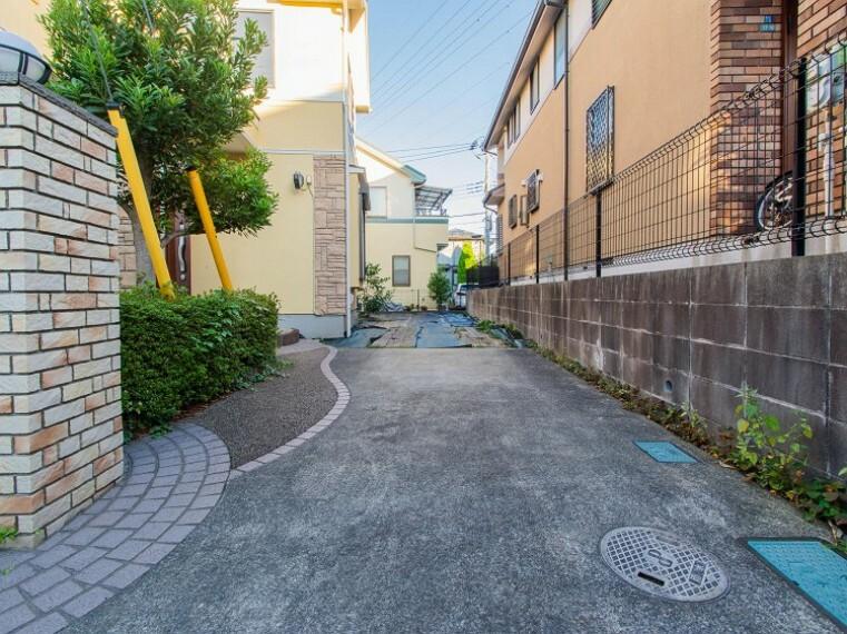 駐車場 カースペースはお車2台分の広さがあります。玄関までのアプローチもしっかりととれています。