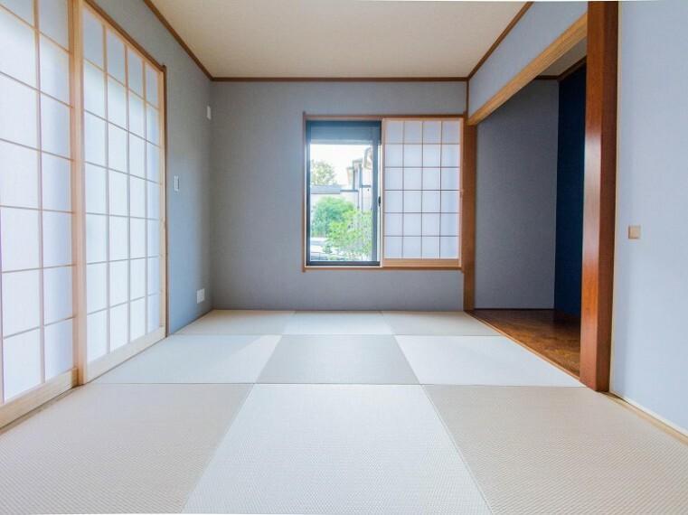 和室 和室は有るだけでも落ち着く空間ですが、 「家族団らん」 「来客時の客間」 等多目的なスペースとして活用出来る便利な空間です。内装内観写真-和室
