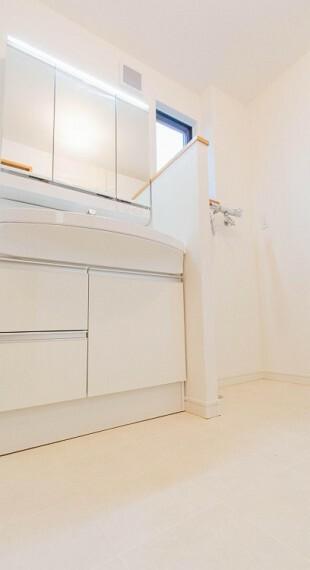 脱衣場 パウダールームはナチュラルな雰囲気で清潔な印象。小窓が設置され、湿気がこもりやすい室内の換気・採光に配慮されています。内装内観写真-脱衣場