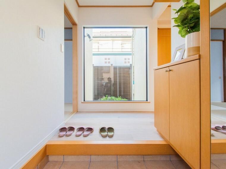 玄関 ウッディな自然の香りがしそうな玄関は住む人の優しさを滲ませています。ゲストに歓迎の気持ちを込めていつも綺麗に。内装内観写真-玄関