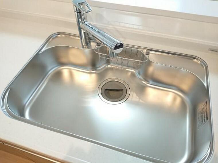 キッチン 【同仕様写真】新品交換予定のキッチンのシンクはサビにくく熱に強いステンレス製です。水はねの音を抑える静音設計で、従来よりもさらに水音が静かになっています。
