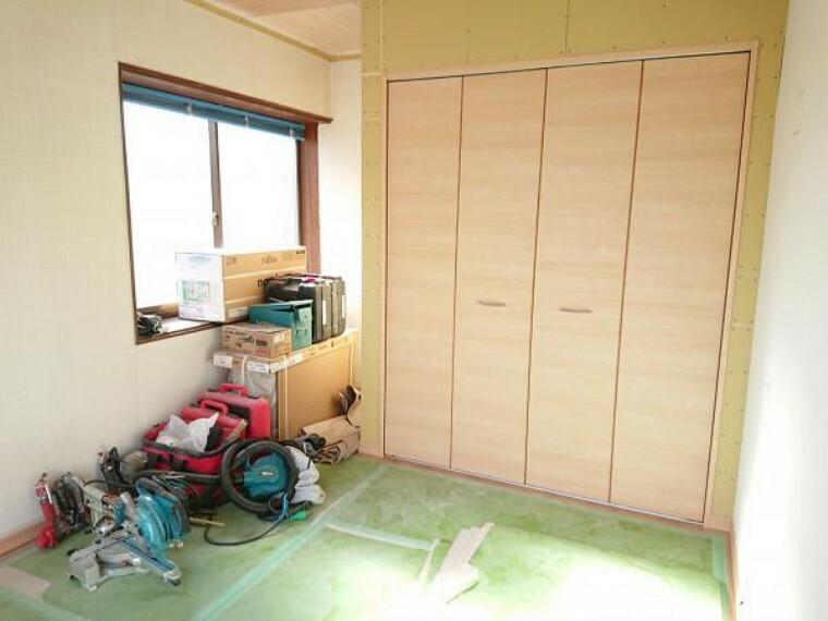 【リフォーム中】2階洋室はフローリングを張り、壁紙、照明を交換します。