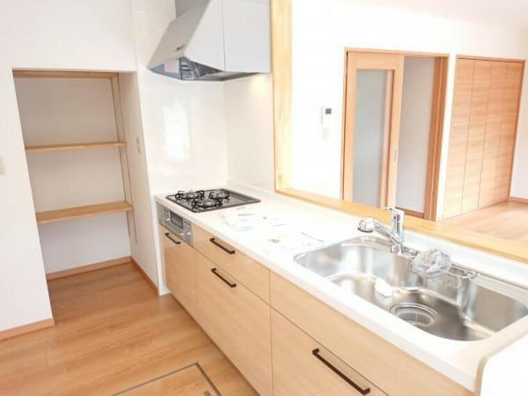 キッチン 【リフォーム済】キッチンはハウステック製の新品に交換しました。引出が5つの嬉しい多収納タイプ。天板は熱や傷にも強い人工大理石仕様なので、毎日のお手入れが簡単です。