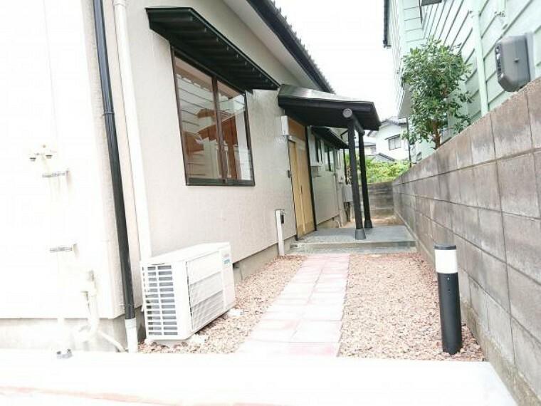 外観写真 【リフォーム済】玄関アプローチは瓦チップを敷きスッキリしました。